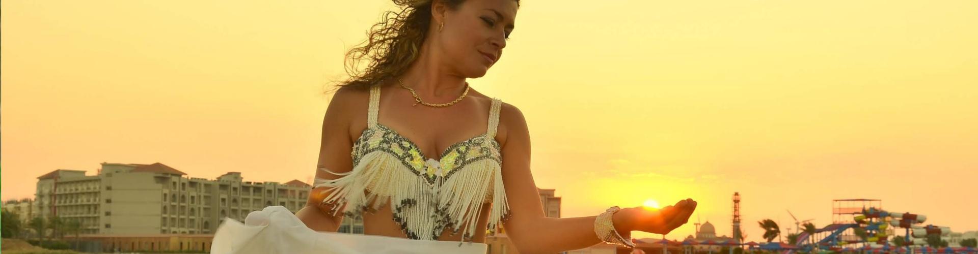 Танцьорка на ориенталски танци (кючекиня) снимка