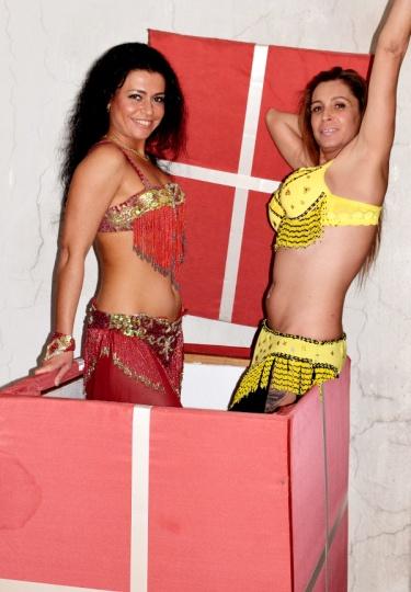 Танцьорки излизат от кутия изненада (снимка)