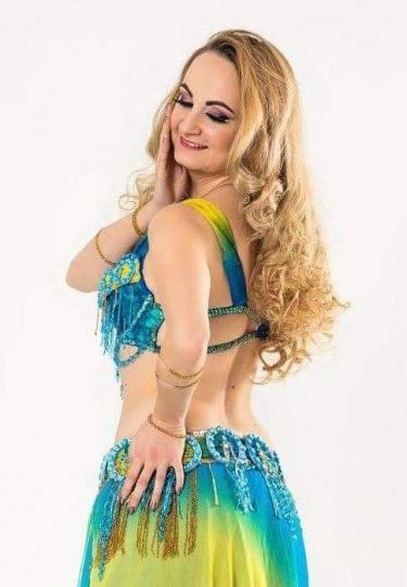 Снимка на танцьорка на ориенталски танци.