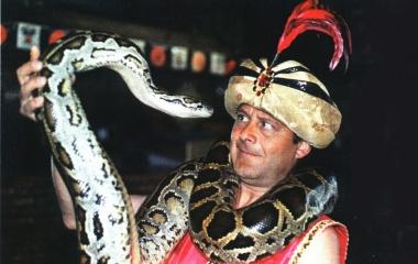 Снимка на мъж със змия.